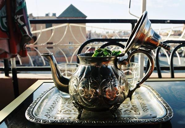 Foto einer traditionellen Teekanne auf einer Dachterrasse in Marrakesch, Marokko.