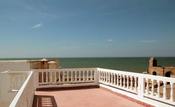 Dachterrasse in Essaouira mit Blick auf den Atlantik