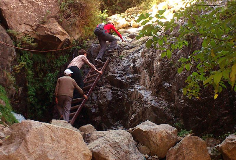 Über sieben Stufen fließt das Wasser den Berg hinab